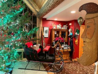 Don't forget to get your picture taken in the sleigh! #merrychristmas #toallagoodnight #christmastree #christmasdecor #sleigh #bedandbreakfast #lodge #skilodge #whitefishmontana #hotel #oneofakind