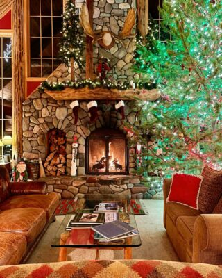The great room in December....👌🎄 #christmas #christmasdecor #christmastree #skilodge #skichalet #wintergetaway #greatroom #gather #cozycabin #cabinlife #whitefishmontana #fireplace #relax #unwind #wewearmasks #merryandbright #hellochristmas #december #mountainliving