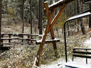 Another beautiful dusting of snow ❄️ #winteriscoming #comeplay #comestay #skilodge #skichalet #hotel #hotelgrounds #snowydays #cabinliving #mountainlife #inthewoods #bedandbreakfast